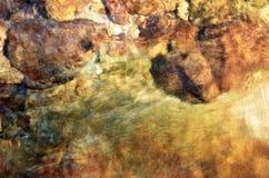 Klart flodvatten med vaggar Royaltyfri Fotografi