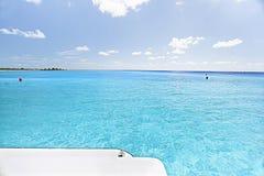 Klart hav för blått vatten med blå himmel royaltyfria foton