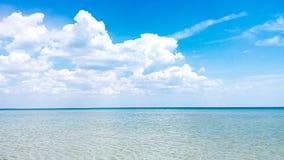 Klart hav med vita moln royaltyfria foton