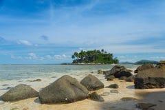 Klart hav och tropisk ö, Phuket, Thailand Royaltyfri Foto