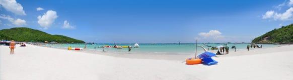 Klart hav och vit sandig tropisk strand på ön, på för strandkoh för Ta Waen den Pattaya för ö för LAN staden Chonburi Thailand Arkivfoto