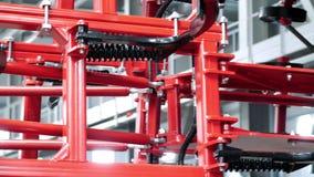 Klart jordbruks- maskineri i röd färg Ny utrustning för jordbruk stock video