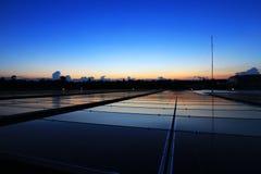 Klart och Dawn Sky för sol- PV-tak härligt arkivfoton