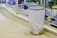 Klart plast- avfall för fack i gallerian, förlorat plast- fack på golvshoppinggalleria inom arkivfoton