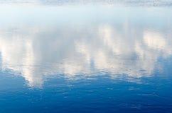 Klart sjölandskap med blå himmel Fotografering för Bildbyråer
