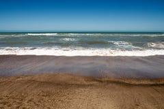 Klart töm sikten av havet från stranden Royaltyfria Bilder