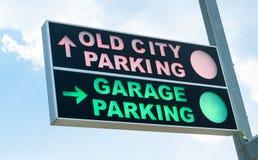 klart tecken för parkeringsfotografi att använda Arkivbilder