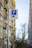 klart tecken för parkeringsfotografi att använda Arkivfoto