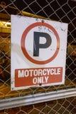 klart tecken för parkeringsfotografi att använda Arkivfoton