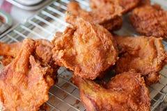 Klart till salu för stekt kyckling Frasig höna royaltyfri fotografi