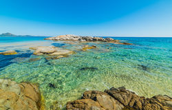 Klart vatten i den Scoglio di Peppino stranden Arkivbild