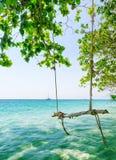 Klart vatten och blå himmel Arkivbild