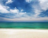 Klart vatten och blå himmel.  Arkivfoton