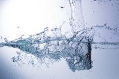 Klart vatten på en monochromatic bakgrund, abstraktion Royaltyfria Foton
