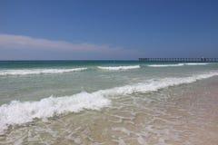 Klart vatten & vita sandiga stränder Arkivfoto