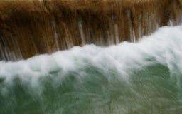 Klart vattenflöde av den Tad Sae vattenfallet i Luang Prabang, Laos Arkivbilder