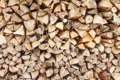 Klart vedträ Olika sorter av träjournaler som överst staplas av de Bunt av trä, vedträ, bakgrund Royaltyfria Bilder