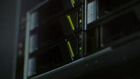 Klartecknen exponerar på datalagret stock video