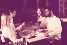 Klas średnich ludzie cieszy się jedzenie obraz stock