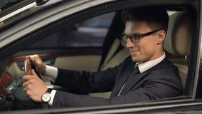 Klasa business kierowcy obsiadanie w samochodzie, satysfakcjonującym z nową pracą, drogi samochód zbiory wideo