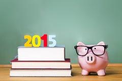 Klasa 2015 temat z podręcznikami i prosiątko bankiem z szkłami Zdjęcia Royalty Free