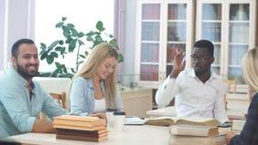 Klasgenootklaslokaal die Internationaal Vriendenconcept delen stock video