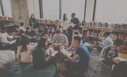 Klasgenootklaslokaal die Internationaal Vriendenconcept delen stock afbeeldingen