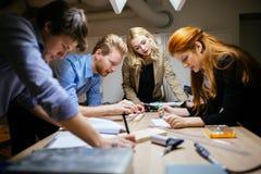 Klasgenoten die aan een project samenwerken stock foto