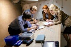Klasgenoten die aan een project samenwerken royalty-vrije stock foto