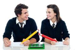 Klasgenoten die het correcte antwoord bespreken stock foto