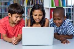 Klasgenoten die laptop bekijken royalty-vrije stock afbeelding