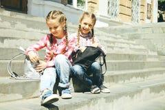 Klasgenoten die met schooltassen zitten royalty-vrije stock foto