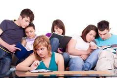 Klasgenoten die samen bestuderen Stock Foto