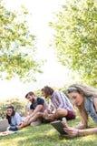 Klasgenoten die samen op campus herzien royalty-vrije stock fotografie