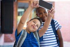 Klasgenoten die selfie bij schoolgang nemen stock foto's