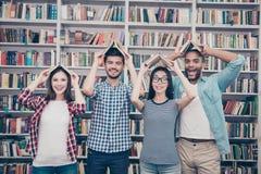 Klasgenoten, internationale vriendschap, pret en tienerconcept G royalty-vrije stock afbeeldingen