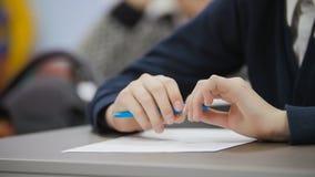 Klasgenoten in klaslokaal tijdens de les - handen die pen houden royalty-vrije stock foto