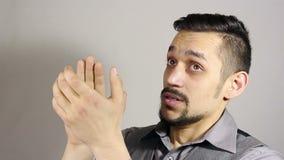 Klaskać sarkastycznie Młody brodaty mężczyzna oklaskiwać zbiory