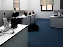Klaslokaal, bureau met de moderne computers van Apple iMac stock fotografie