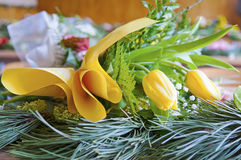 In klaslokaal gele bloemen die op lijst liggen Royalty-vrije Stock Foto's