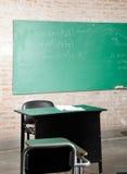 Klaslokaal met Greenboard en Meubilair Stock Afbeelding