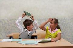 Klaslokaal. Strijd op les! Stock Fotografie