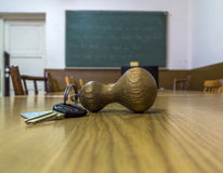 Klaslokaalsleutel die op het Bureau liggen Stock Foto
