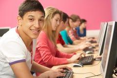 klasowych komputerów uczni nastoletni używać Obraz Royalty Free