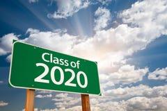Klasse des grünen 2020 Verkehrsschildes mit drastischen Wolken und Himmel Stockbild
