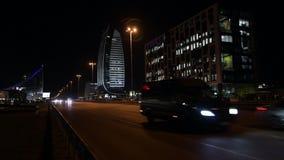 Klasse een Bedrijfsbureaugebouw in Sofia, Bulgarije Het beeld van de nacht stock footage