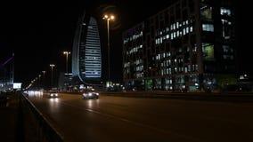 Klasse een Bedrijfsbureaugebouw in Sofia, Bulgarije Het beeld van de nacht stock videobeelden