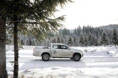 Klasse Mercedes-Benzs X, die auf Schnee klettert lizenzfreies stockfoto