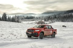 Klasse Mercedes-Benzs X, die auf Schnee klettert lizenzfreie stockfotos