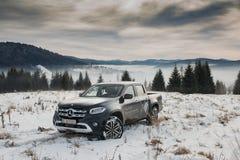 Klasse Mercedes-Benzs X, die auf Schnee klettert lizenzfreie stockbilder